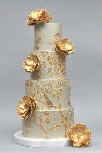 کیک عروسی جدید با گلهای برجسته طلایی مناسب برای جشنهایی با تم سفید و طلایی