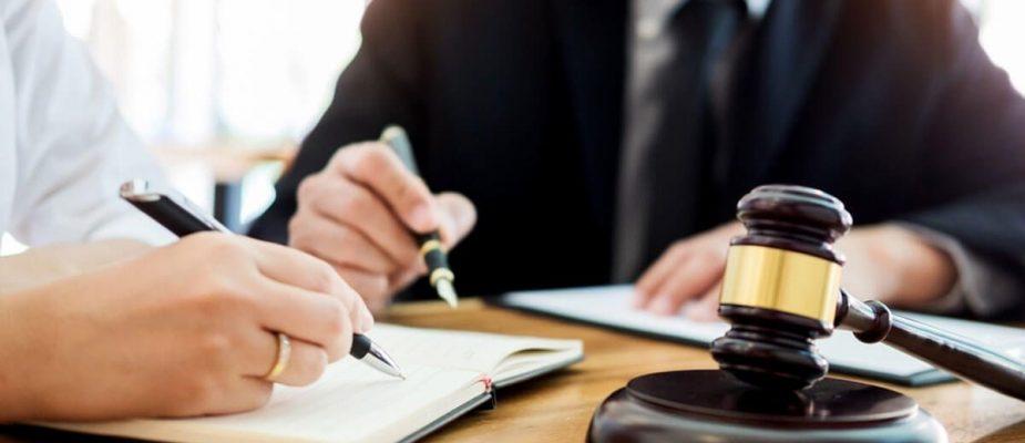 در مرحله آشنایی با وکیل چه سوالاتی را از او بپرسیم؟